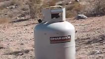 50大口径手枪VS煤气罐,罐体有多厚,打上两发子弹看看