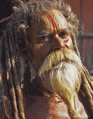 走进印度苦行僧诡异修行生活: 吃浮尸吸大麻!