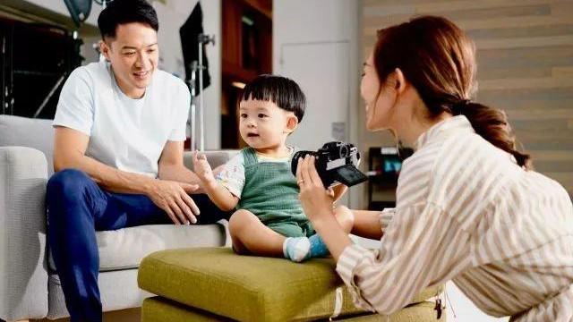 前TVB人气女星带一岁儿子拍广告: 老公全程陪玩 一家三口齐上阵