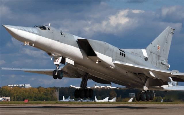 早在2015年5月份西方卫星图片就显示阎良西飞机场上一架h-6k外侧机翼