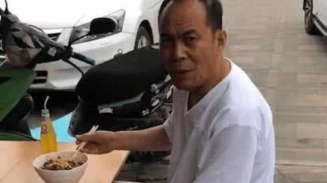 《亮剑》老戏骨吃路边摊,桌上的车钥匙亮了,朴素不等于贫穷