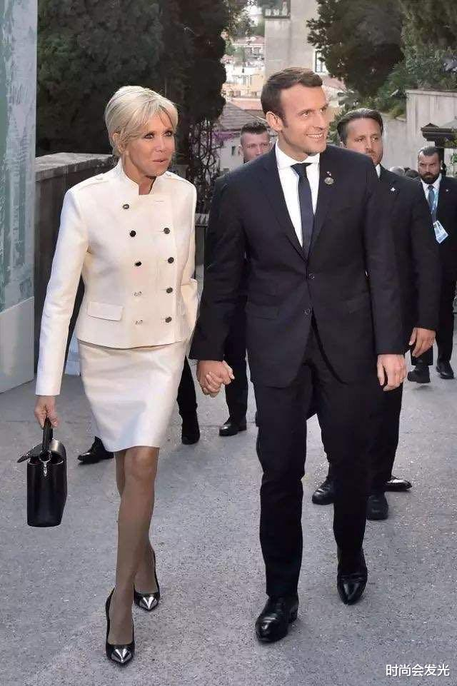 大25岁老婆布丽吉特一直被他宠爱,马克龙和斯洛伐克总统会面时,识趣地后退两步保持距离(图11)