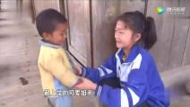 《变形计》农村女孩每天带着弟弟上课,老师怕吵着别人让他们出去!