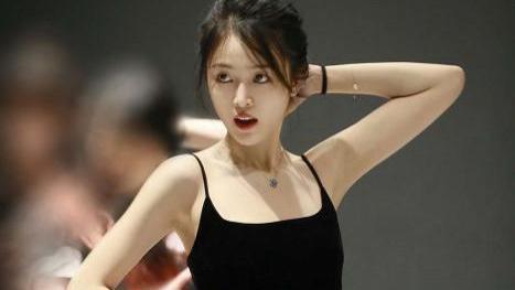 吴宣仪最新练舞花絮公开,穿黑色吊带裙搭配长筒靴,腰线完美勾勒
