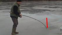 冰上钓鱼,巨物咬钩,竿子都被拉到冰洞里了
