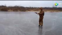 男子朝冰面开了一枪,接下来出现了不可思议的事