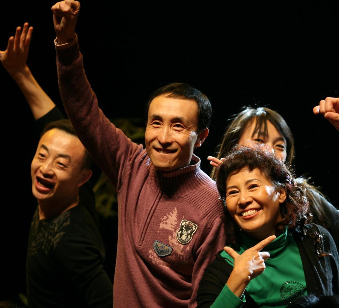 60岁巩汉林全家近照 儿媳如花似玉儿子其貌不扬 不再上春晚只因自己有块心病