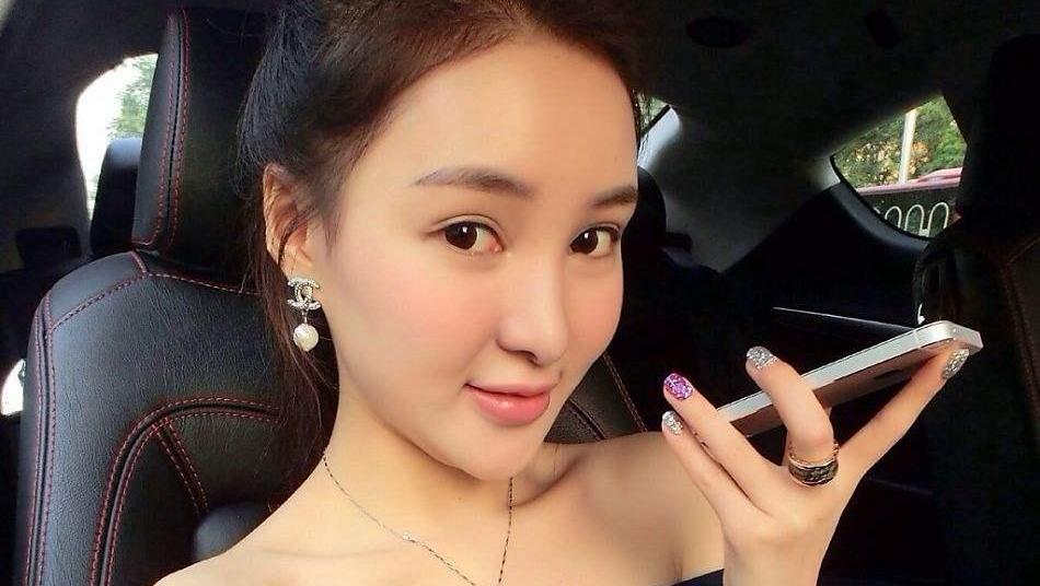 郭美美18岁的照片,开着白色的玛莎拉蒂,如今只能打车和坐公交车