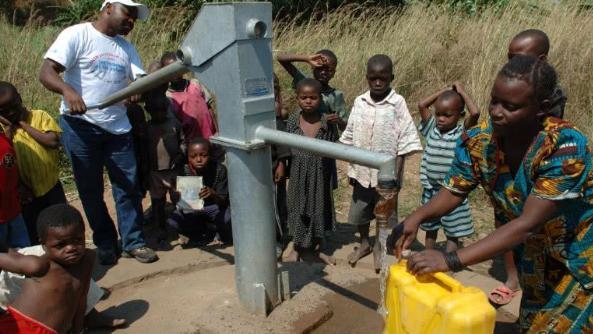 一旦钻出井水, 全民都要遭殃 非洲人不会打井