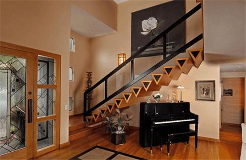 楼梯口装修设计,很多的家庭会选择利用楼梯口的空间摆放不同的物品,不