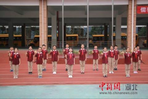 手持小红旗,牵着高年级哥哥姐姐的手迈入操场,参加小学生涯的第一次升图片