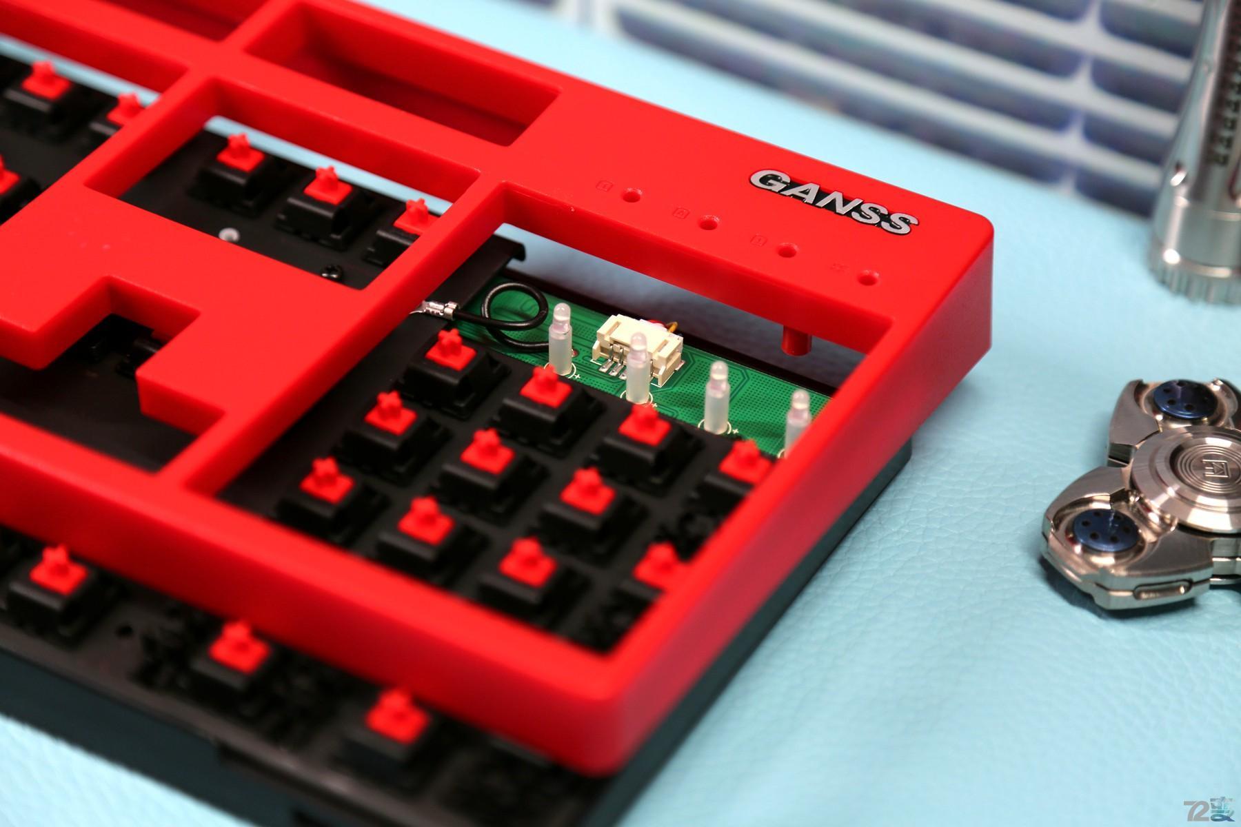 键盘连接线的5芯插口就设置在了指示灯的后面.