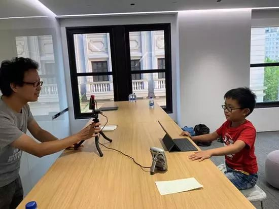 """8岁天才男童当""""程序员""""爆红, 拍直播视频教大人学电脑"""