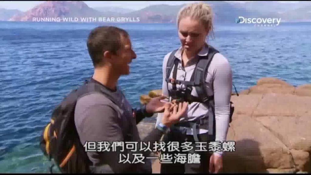 荒野求生全明星: 贝爷和美女潜水比赛,居然作弊赢了美女?