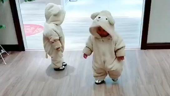 家有又爱有恨的双胞胎小朋友,一个左一个右,我该去哪?