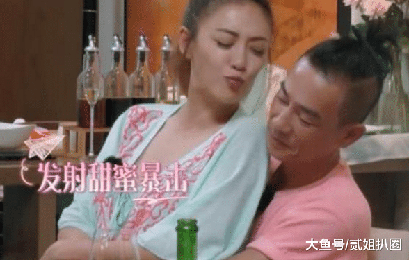 喝醉后的应采儿, 坐在陈小春的腿上, 陈小春一脸嫌弃, 但是他的手是诚实的。