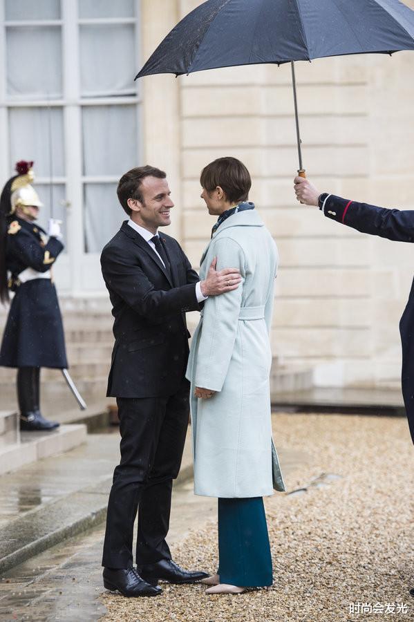 大25岁老婆布丽吉特一直被他宠爱,马克龙和斯洛伐克总统会面时,识趣地后退两步保持距离(图2)