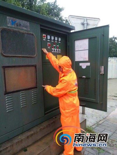 市政工人检修路灯电箱.