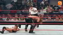 巨石强森被彻底激怒, 连同裁判和对手的女助理一起暴揍!