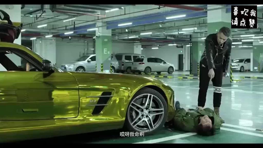 小伙驾豪车遭碰瓷,把车钥匙都扔给他了,接下来的一幕尴尬了!