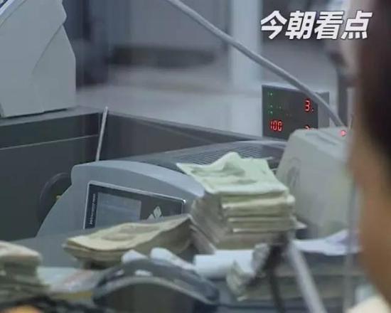 嘉兴小伙银行取钱怀疑被戏弄 一怒之下砸2万设备