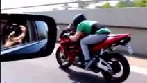 摩托跑车与宝马轿车公路上飙车,仅仅8秒钟就拉开了大距离
