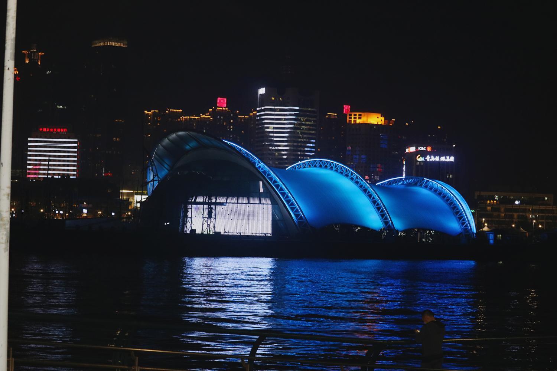 """推荐 正文  在青岛,有""""晨栈桥,夜奥帆""""的说法.海面的灯光简直太美."""