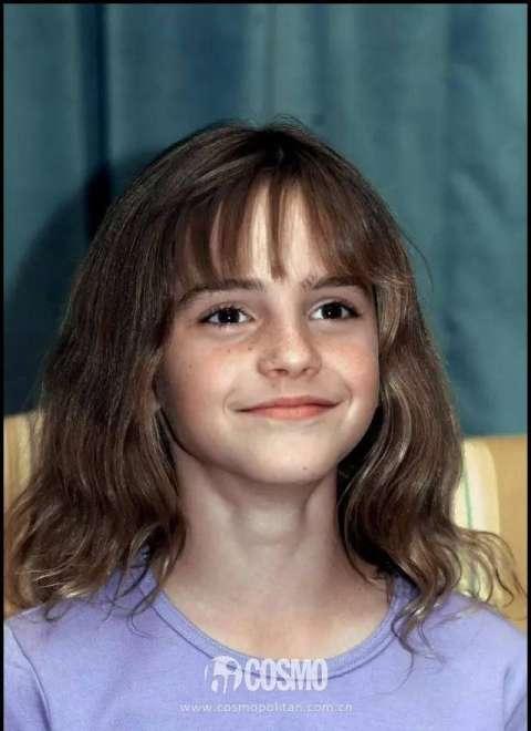小时候的 emma 可爱的像个洋娃娃,大眼睛长睫毛,一个微笑就能让人融化