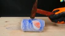 零下100度的可乐被锤子敲击后,会发生什么?
