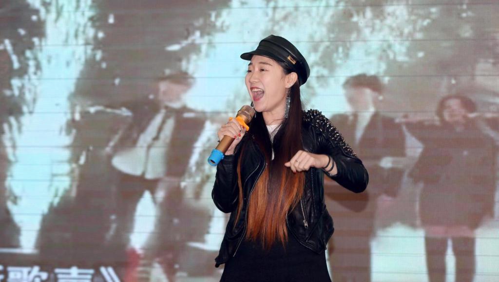 中国好声音歌手格格演唱《我的未来不是梦》