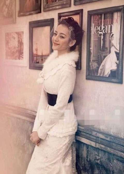 迪丽热巴大学时期婚纱照曝光 模样青涩俏皮可爱