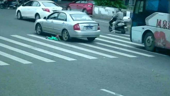 俩女子坐脚蹬三轮车,路口拐弯时经把孩子掉了,出现了惊险一幕