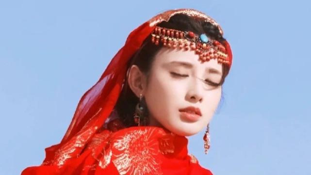 原以为小枫是彭小苒颜值巅峰,没有想到新剧蓝色古装,更令人惊艳
