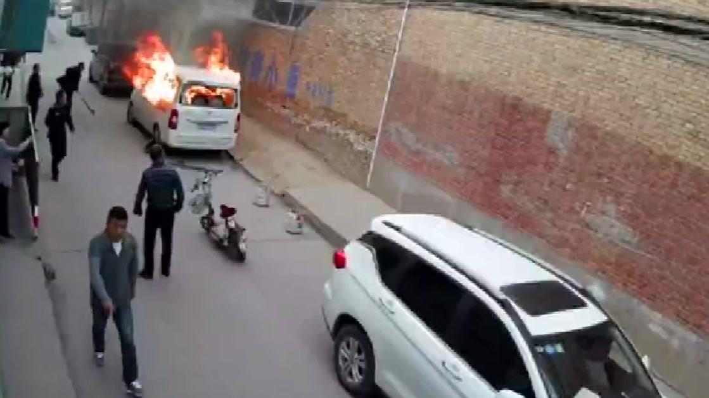 女子在车内喷香水,男子也正打火吸烟,引起爆炸起火燃烧