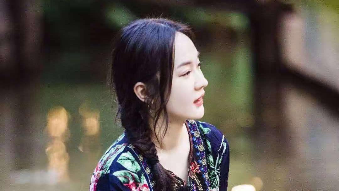 霍思燕一袭民族风印花长裙, 美得优雅出众  妻子团泰国出游,