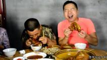 猪脚原来可以这样吃,简单易学,看农村小伙的表情就知道绝对美味