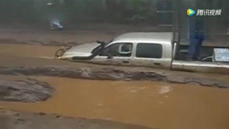 泥路被水淹没, 皮卡司机下场太惨了!