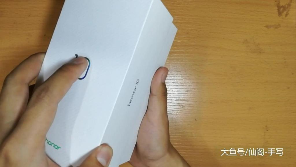官网预约的华为荣耀10珊瑚蓝终于收到货了,满满的科技范十足!