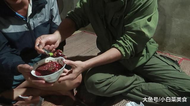 """越南人聚餐, 鸭肉摆满一桌, 最后""""压轴菜""""上桌, 网友笑了"""