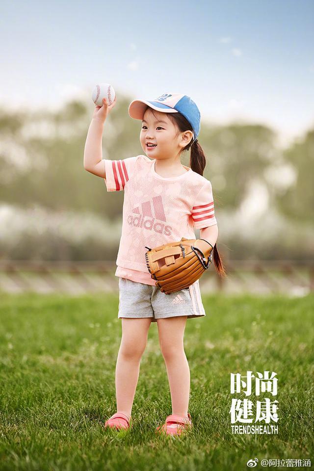 阿拉蕾为杂志拍摄运动风照片好有范儿 网友: 这小萌物太可爱了