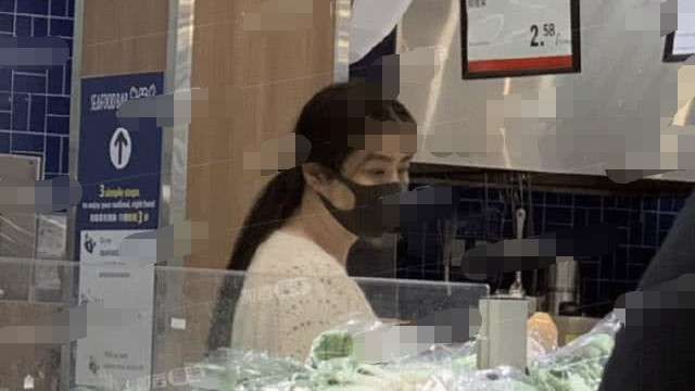 扎两元头绳几乎没被认出, 一生未婚却过得很安逸 偶遇王祖贤逛超市买菜,