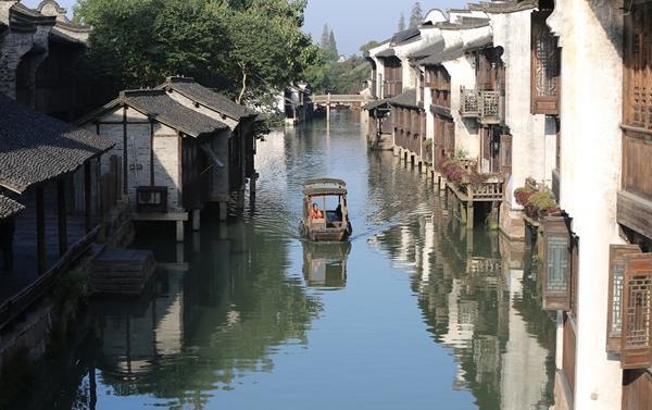 是江南的小桥流水人家,是浪漫到随时能够偶遇撑着一把油纸伞的姑娘