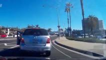 最失败的路怒: 奔驰司机路怒,后车却笑惨了。。。