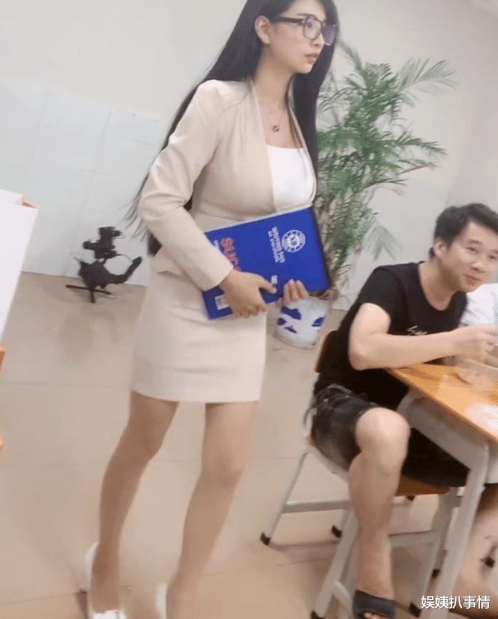 """神似王祖贤""""最美教师""""走红, """"包浆身材""""来势汹汹, 学生还从不缺课?"""