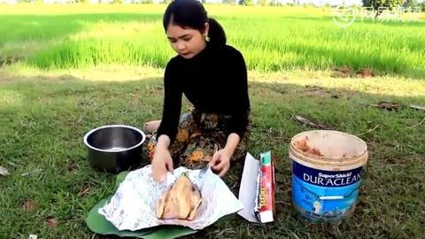 东南亚妹子在野外烤鸡,看着做法跟叫花鸡有些相似