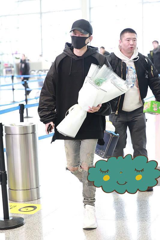 张杰穿斗篷款卫衣走机场, 配了条破洞牛仔裤, 够帅也够潮!