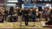 街头歌手演唱《光辉岁月》致敬黄家驹,引无数人围观!