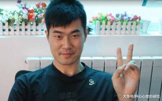 男篮王仕鹏, 退役当教授, 解说篮球被骂惨, 娇妻因性感泳装照走红(图3)