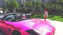 这辆跑车轮胎怎么冒出了粉色的烟?