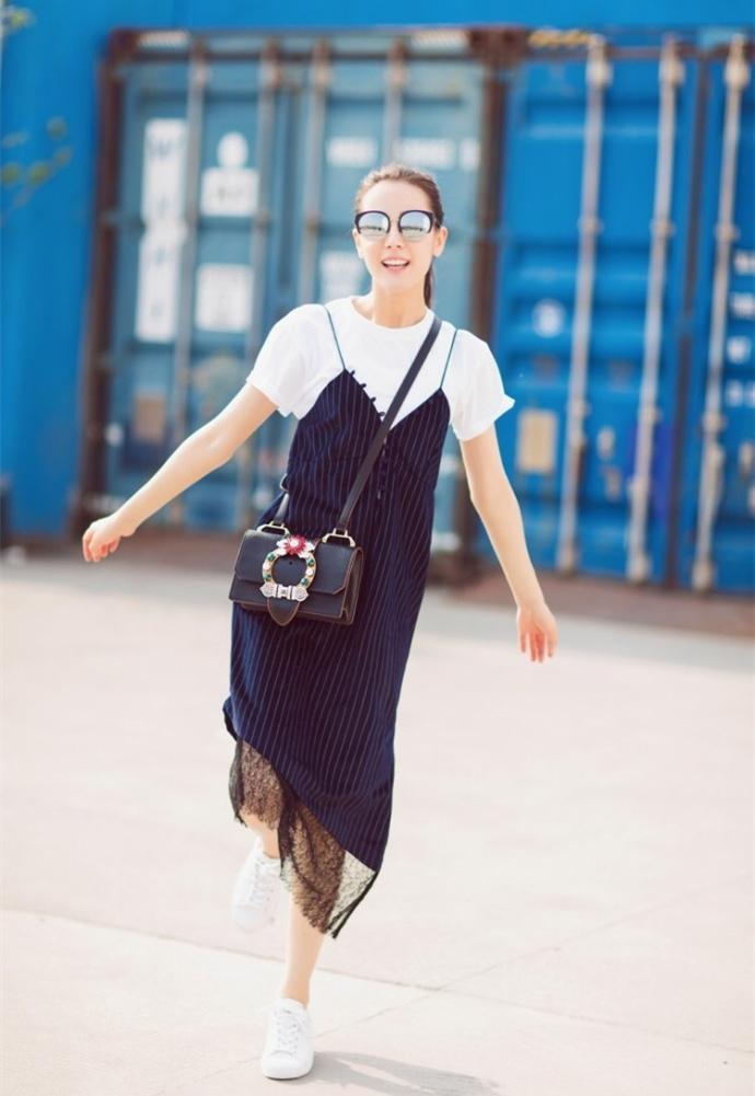 迪丽热巴最新街拍&quot内衣外穿&quot很仙女和angelaay和景甜风格很像.